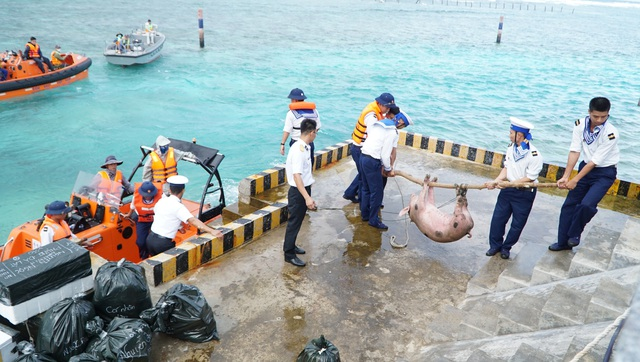 Vượt trùng khơi mang Tết đến với quân dân ở huyện đảo Trường Sa - Ảnh 7.