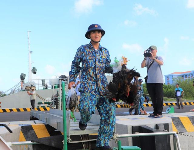 Vượt trùng khơi mang Tết đến với quân dân ở huyện đảo Trường Sa - Ảnh 4.