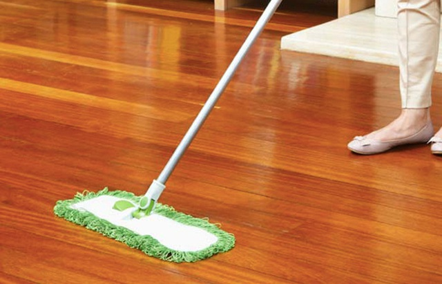 Mẹo làm sạch những vết bẩn cứng đầu và tăng độ bóng cho sàn gỗ để đón Tết - Ảnh 3.