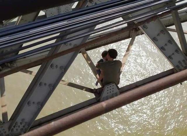 Hà Nội: Buồn chán chuyện gia đình, cha ôm con 7 tháng tuổi định tự tử ở cầu Long Biên - Ảnh 1.
