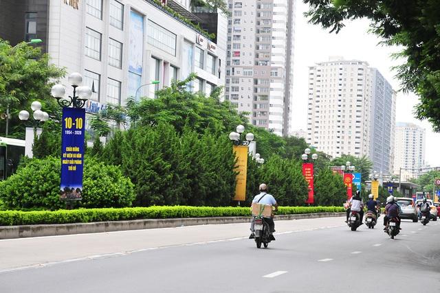 Đường phố Thủ đô rực rỡ cờ hoa chào mừng kỷ niệm 1010 năm Thăng Long - Hà Nội - Ảnh 10.