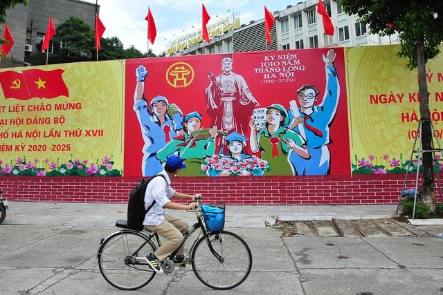 Đường phố Thủ đô rực rỡ cờ hoa chào mừng kỷ niệm 1010 năm Thăng Long - Hà Nội - Ảnh 11.