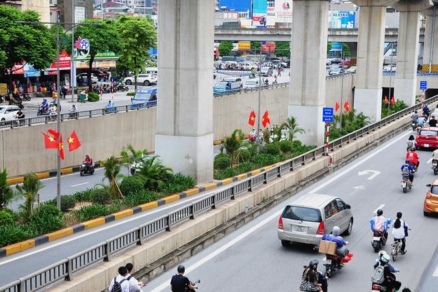 Đường phố Thủ đô rực rỡ cờ hoa chào mừng kỷ niệm 1010 năm Thăng Long - Hà Nội - Ảnh 9.