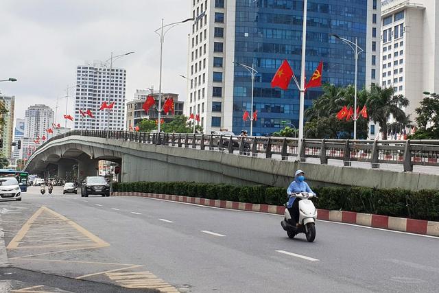 Đường phố Thủ đô rực rỡ cờ hoa chào mừng kỷ niệm 1010 năm Thăng Long - Hà Nội - Ảnh 7.