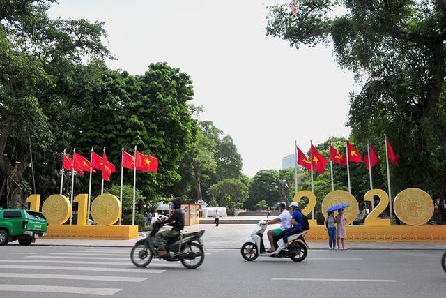 Đường phố Thủ đô rực rỡ cờ hoa chào mừng kỷ niệm 1010 năm Thăng Long - Hà Nội - Ảnh 1.
