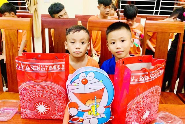 Tết Trung thu, Báo GĐ&XH trao hơn 20 triệu đồng của nhà hảo tâm tới trẻ em khó khăn SOS Hà Tĩnh - Ảnh 2.
