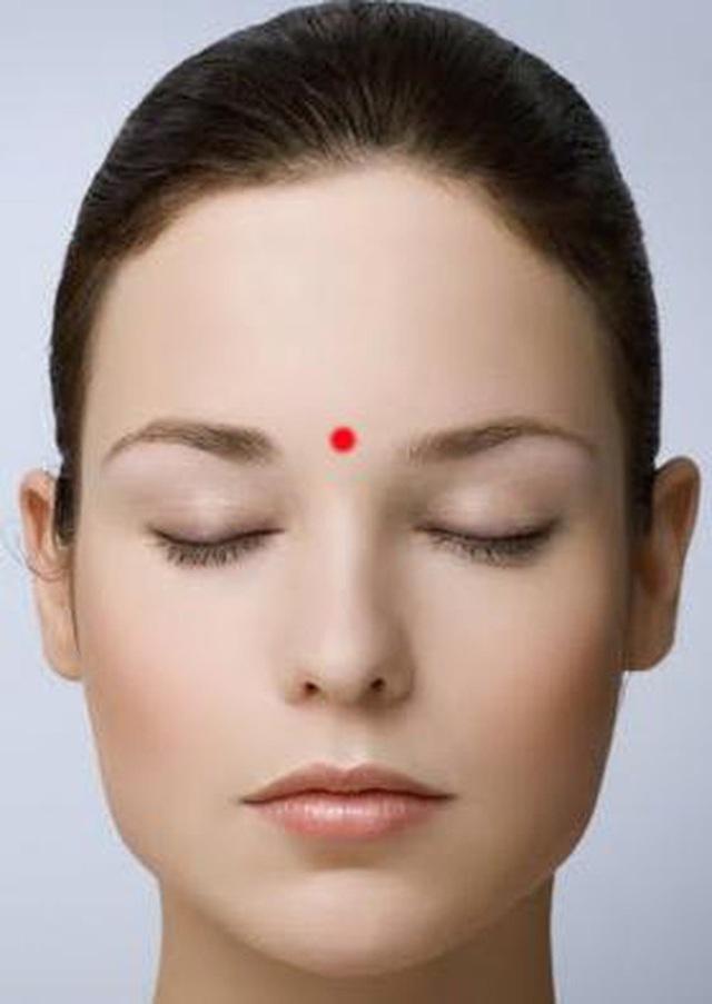 Con mắt thứ 3 và bí mật đánh bay mọi cơn đau đầu, mệt mỏi chỉ với động tác day bấm đơn giản - Ảnh 3.