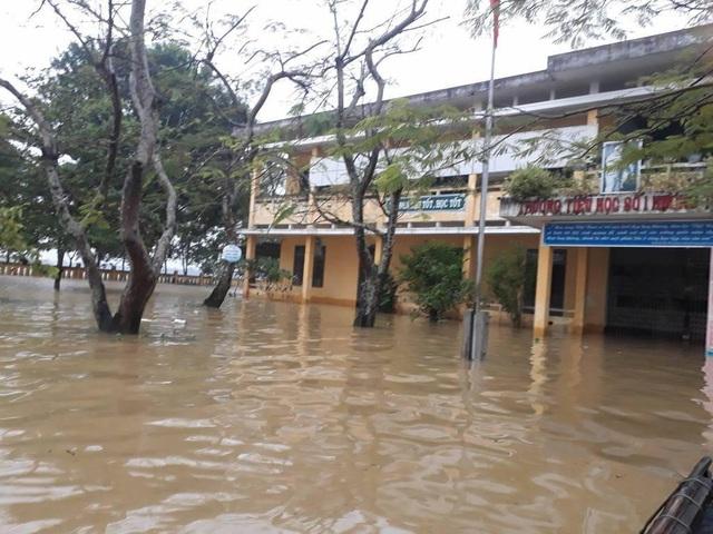 Bão lũ tàn phá trường học miền Trung, đã xảy ra một số học sinh đuối nước thương tâm - Ảnh 1.