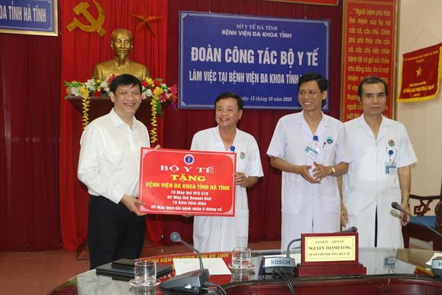 Quyền Bộ trưởng Nguyễn Thanh Long thăm và làm việc tại các cơ sở y tế của Hà Tĩnh - Ảnh 2.