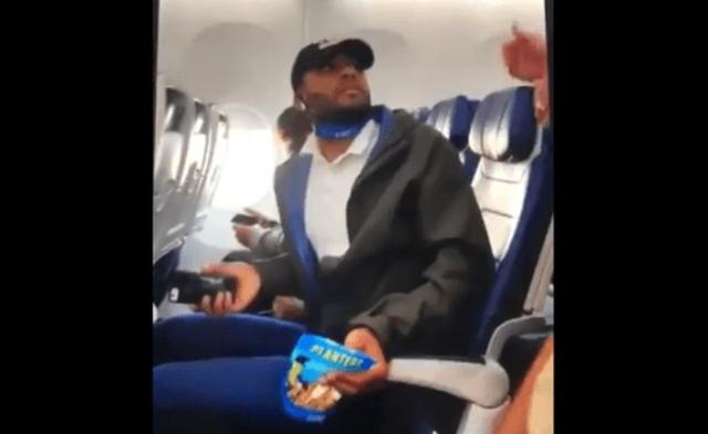 Hành khách bị đuổi khỏi máy bay, con trai Tổng thống Trump phẫn nộ  - Ảnh 2.