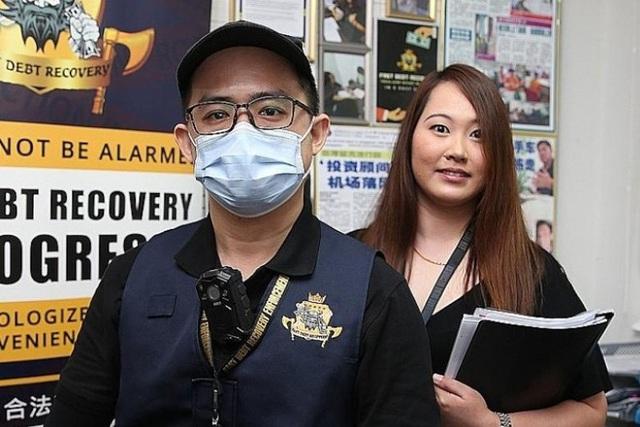 Người phụ nữ ở Singapore dọa nhảy từ tầng 13 vì bị đòi nợ - Ảnh 3.