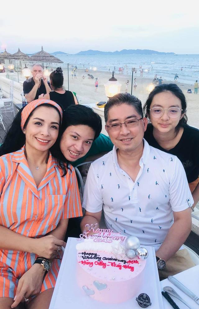 """Nhân ngày 20/10, cựu người mẫu Thuý Hằng: """"20 năm hôn nhân chúng tôi chưa một lần to tiếng - Ảnh 1."""