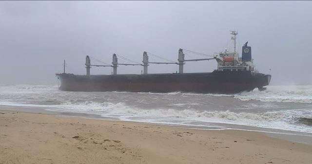 Tàu hàng siêu to, nặng gần 30 ngàn tấn bị trôi dạt mắc cạn ở bờ biển Quảng Bình - Ảnh 1.