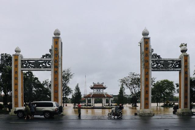 Đường phố Huế lại ngập chìm trong nước - Ảnh 1.