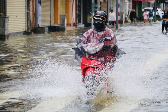 Đường phố Huế lại ngập chìm trong nước - Ảnh 2.