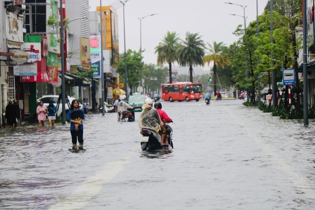 Đường phố Huế lại ngập chìm trong nước - Ảnh 3.