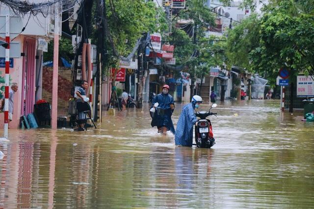 Đường phố Huế lại ngập chìm trong nước - Ảnh 4.