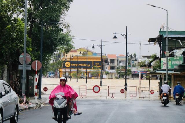 Đường phố Huế lại ngập chìm trong nước - Ảnh 5.