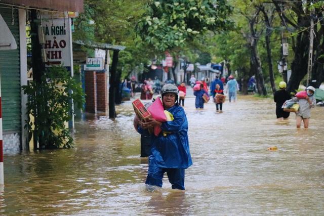 Đường phố Huế lại ngập chìm trong nước - Ảnh 7.