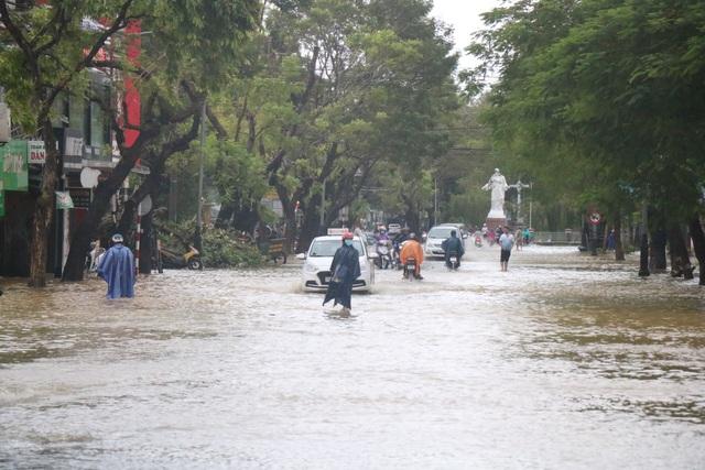 Đường phố Huế lại ngập chìm trong nước - Ảnh 8.