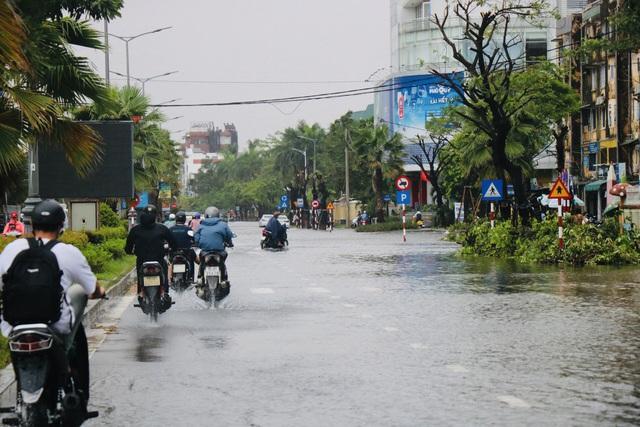 Đường phố Huế lại ngập chìm trong nước - Ảnh 9.