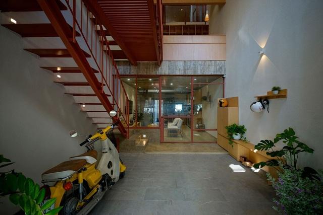 Ngôi nhà kết hợp văn phòng, cửa hàng của vợ chồng trẻ - Ảnh 2.