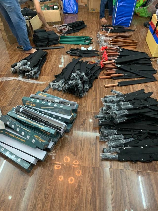 Chặn người đàn ông đi xe máy, công an phát hiện kho vũ khí khủng ở Sài Gòn - Ảnh 1.