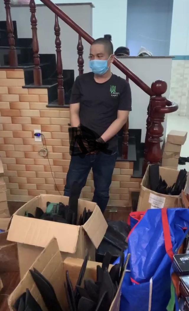 Chặn người đàn ông đi xe máy, công an phát hiện kho vũ khí khủng ở Sài Gòn - Ảnh 2.
