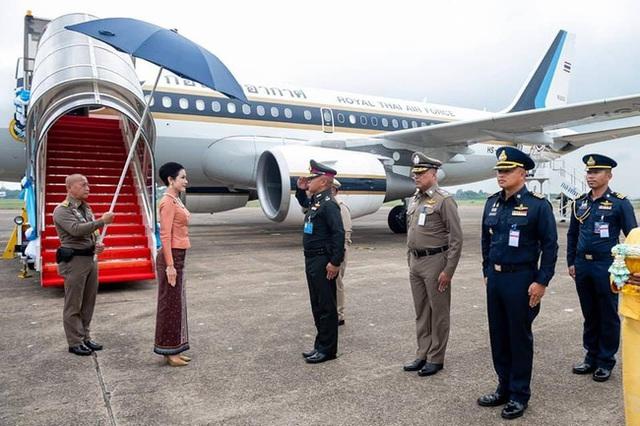 Hoàng quý phi Thái Lan lần đầu thực hiện nhiệm vụ hoàng gia một mình sau khi phục vị, gây ấn tượng mạnh nhưng lộ chi tiết gây khó hiểu - Ảnh 1.