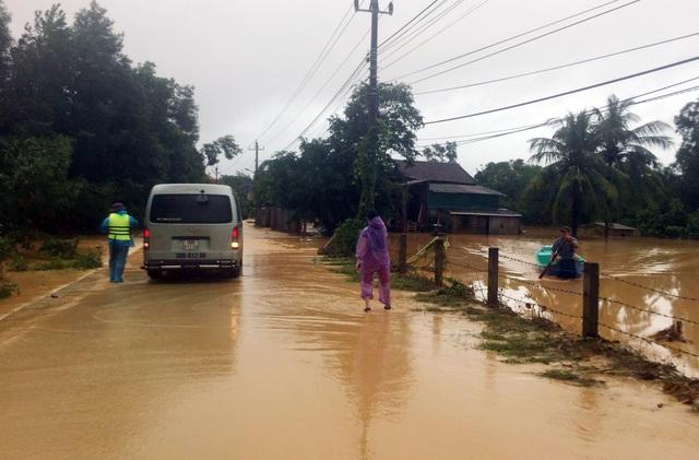Phóng viên Báo Gia đình & Xã hội cùng lực lượng chức năng cứu trợ người dân tỉnh Quảng Trị - Ảnh 2.