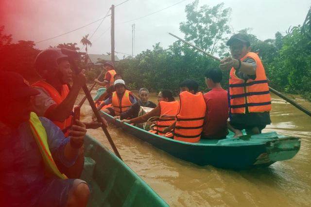 Phóng viên Báo Gia đình & Xã hội cùng lực lượng chức năng cứu trợ người dân tỉnh Quảng Trị - Ảnh 7.