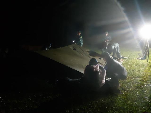 Quảng Trị: Đội mưa, căng mình trong đêm khắc phục sạt lở, tìm kiếm nạn nhân mất tích - Ảnh 2.