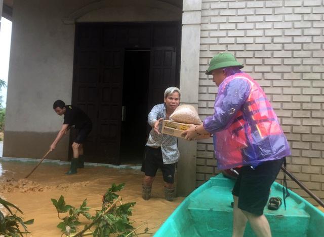 Phóng viên Báo Gia đình & Xã hội cùng lực lượng chức năng cứu trợ người dân tỉnh Quảng Trị - Ảnh 5.