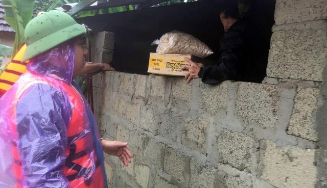 Phóng viên Báo Gia đình & Xã hội cùng lực lượng chức năng cứu trợ người dân tỉnh Quảng Trị - Ảnh 6.