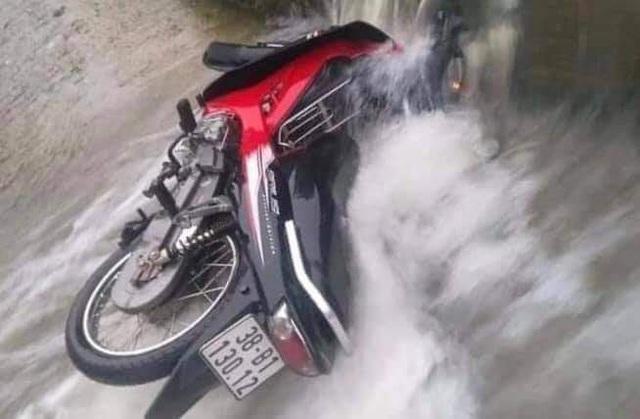 Hà Tĩnh: Người đàn ông bị lũ cuốn trôi khi cố đi xe máy qua đập tràn - Ảnh 1.