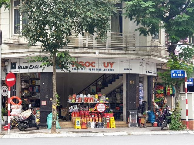 Miền Trung lũ chồng lũ, muốn mua áo phao cứu sinh ở Hà Nội phải đặt hàng nhiều ngày - Ảnh 2.