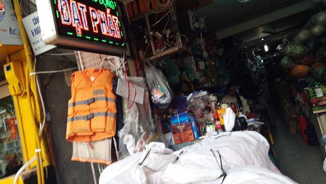 Miền Trung lũ chồng lũ, muốn mua áo phao cứu sinh ở Hà Nội phải đặt hàng nhiều ngày - Ảnh 4.