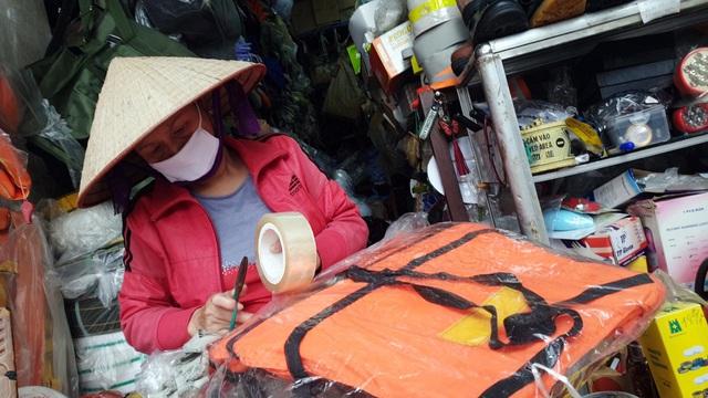 Miền Trung lũ chồng lũ, muốn mua áo phao cứu sinh ở Hà Nội phải đặt hàng nhiều ngày - Ảnh 5.