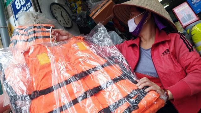 Miền Trung lũ chồng lũ, muốn mua áo phao cứu sinh ở Hà Nội phải đặt hàng nhiều ngày - Ảnh 6.