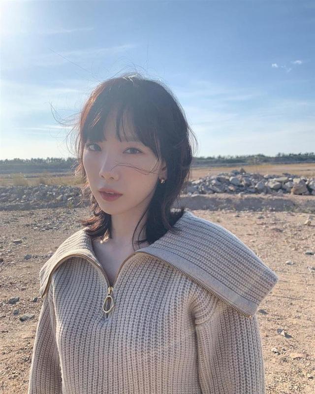 Taeyeon và Hà Tăng khởi xướng xu hướng tóc mái che mặt bánh bao, trán sân bay cực kỳ lợi hại - Ảnh 1.