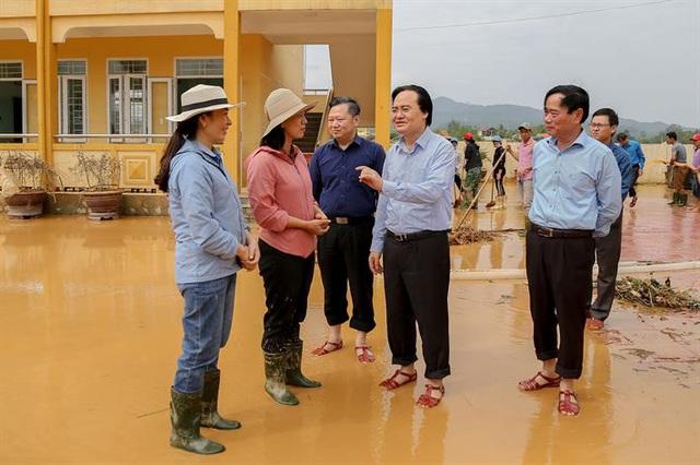Bộ GD&ĐT kêu gọi các nhà xuất bản, nhà hảo tâm cung cấp sách vở cho học sinh vùng lũ lụt miền Trung - Ảnh 1.