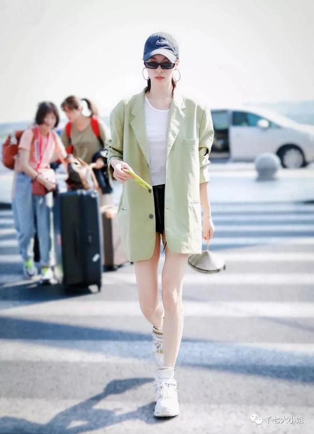 Trời se lạnh chưa biết mặc gì vừa đẹp vừa chất thì bạn hãy diện áo blazer và quần short là có ngay outfit 10 điểm - Ảnh 8.