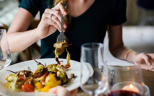 6 thói quen ăn uống tàn phá dạ dày ngay trong bữa cơm nhà bạn - Ảnh 3.