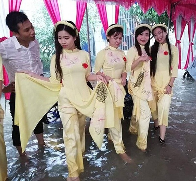 Hình ảnh gây bão: Đám cưới ngày mưa lớn, chủ nhà và quan khách vẫn bình thản ăn cỗ giữa biển nước - Ảnh 3.