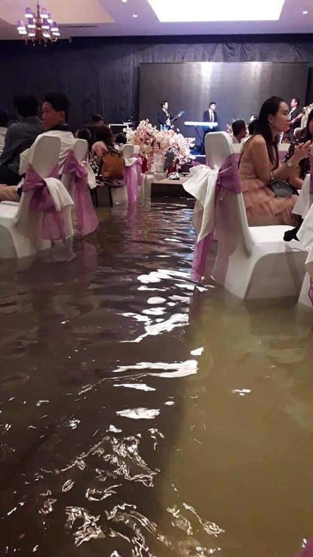 Hình ảnh gây bão: Đám cưới ngày mưa lớn, chủ nhà và quan khách vẫn bình thản ăn cỗ giữa biển nước - Ảnh 2.