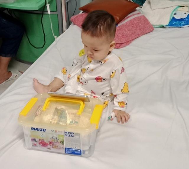 Sức khoẻ bé 1 tuổi đã ung thư bàng quang giờ ra sao? - Ảnh 2.