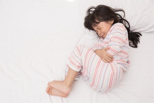 """Vùng kín bé gái 4 tuổi viêm đỏ, tiết dịch khó ngửi"""" vì vật thể lại không ngờ - Ảnh 3."""