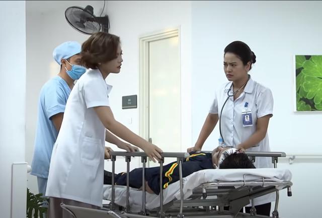 Lửa ấm tập 33: Minh bị tai nạn, được cả vợ và tình cũ lo lắng đưa đi cấp cứu - Ảnh 2.