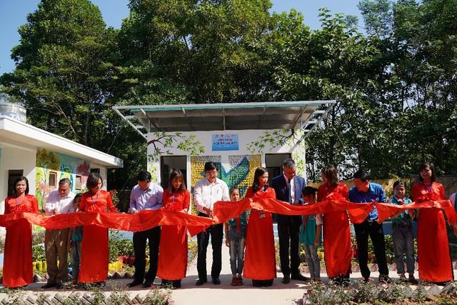 Trao tặng nhà vệ sinh bằng gạch chai nhựa đầu tiên tại Việt Nam cho học sinh tỉnh Thái Nguyên - Ảnh 1.