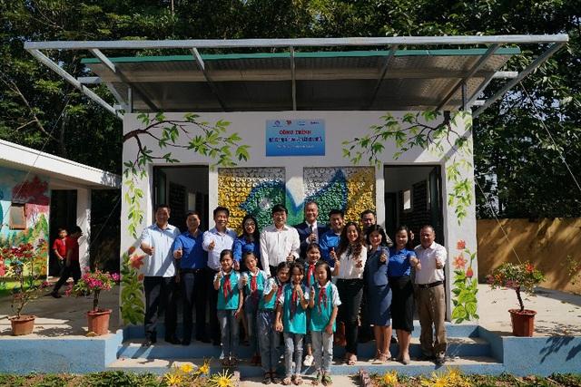 Trao tặng nhà vệ sinh bằng gạch chai nhựa đầu tiên tại Việt Nam cho học sinh tỉnh Thái Nguyên - Ảnh 3.